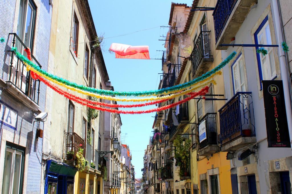Lissabon Straße mit Girlande