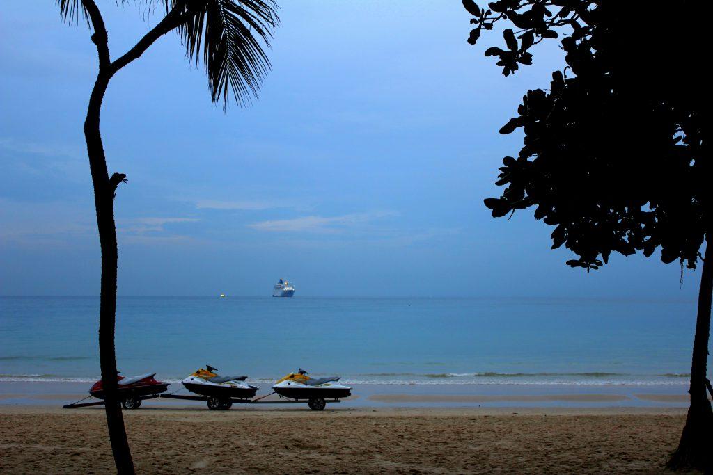 boote-am-strand-phuket