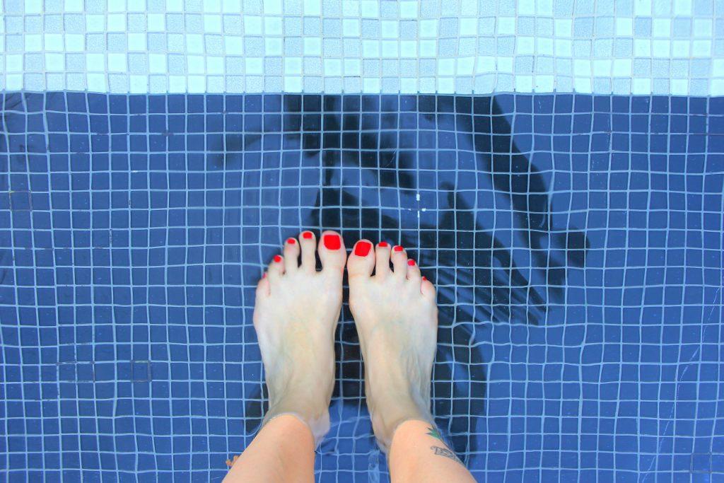 Füße im Pool