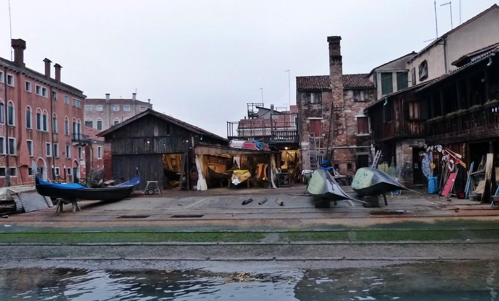 Gondelbau an der Lagune von Venedig