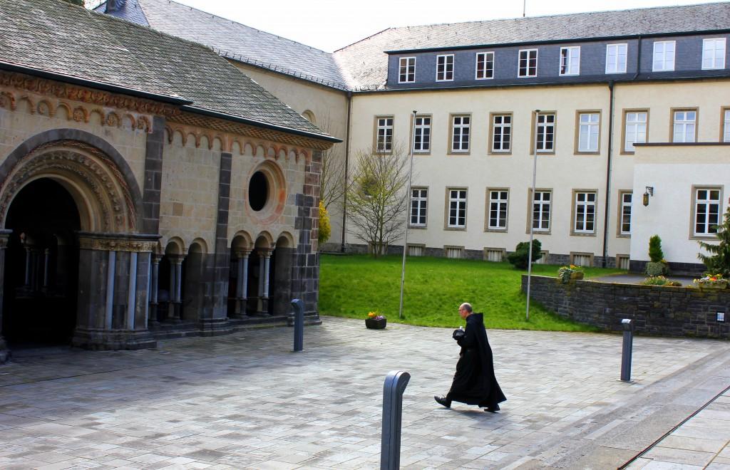 Kloster mit Mönch