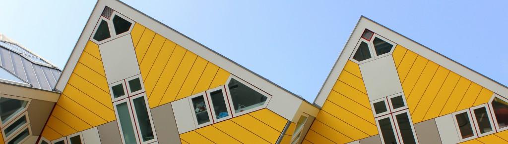 gelbe Kubushäuser in einer Nahaufnahme