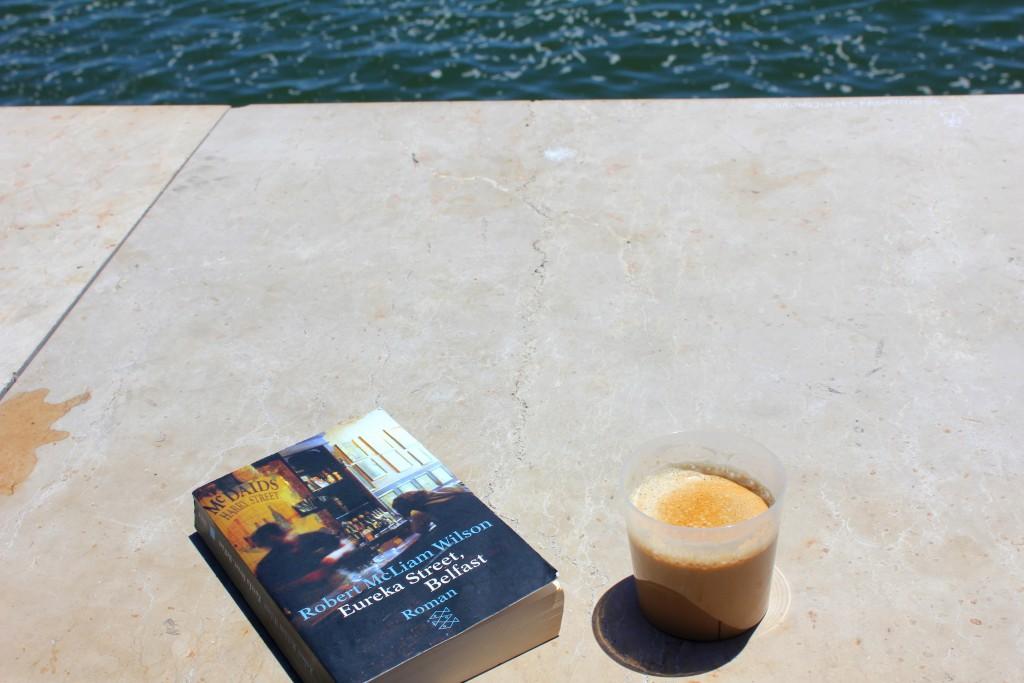Lissabon Buch und Kaffee