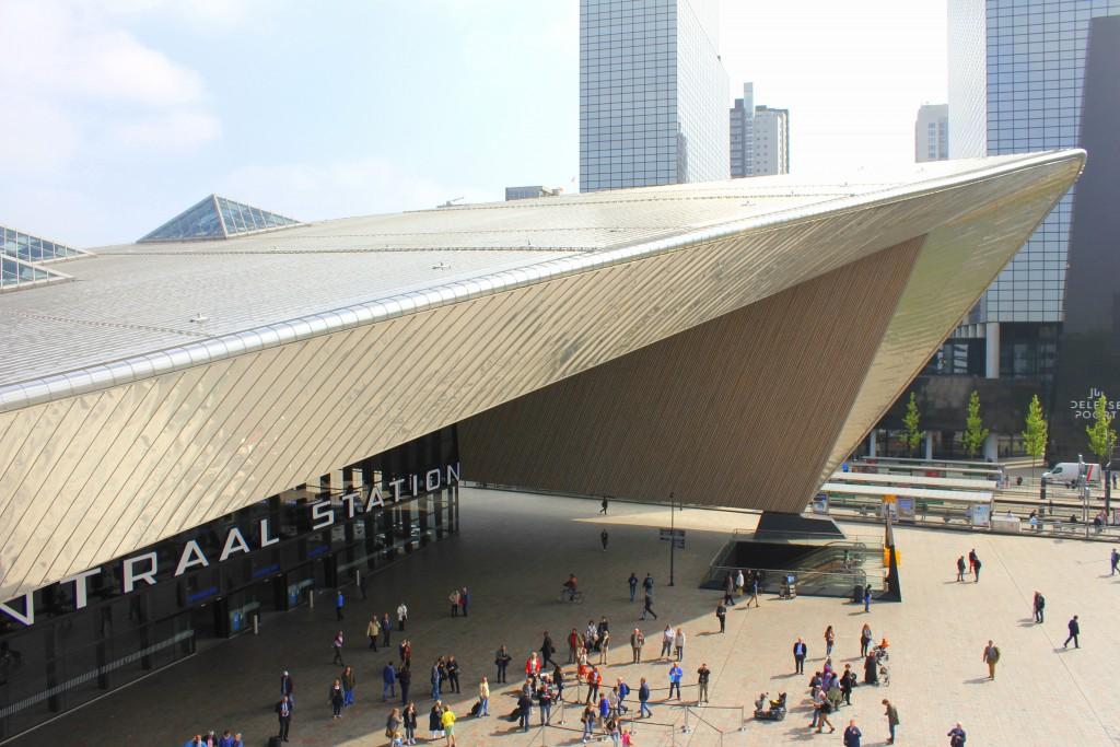 Rotterdam Centraal von oben mit vielen Menschen