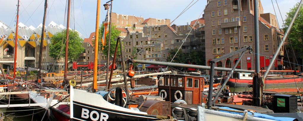 Kleine Boote im Oude Haven Rotterdam und im Hintergrund die Kubushäuser