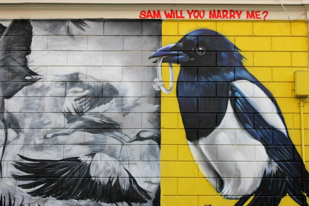 Graffiti von Elster mit Ring im Schnabel in Rotterdam in der Witte de With Straat