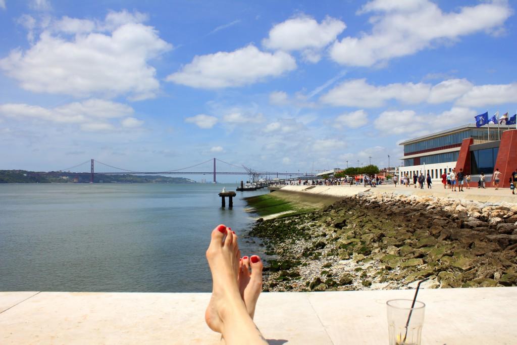 Lissabon Füße am Wasser