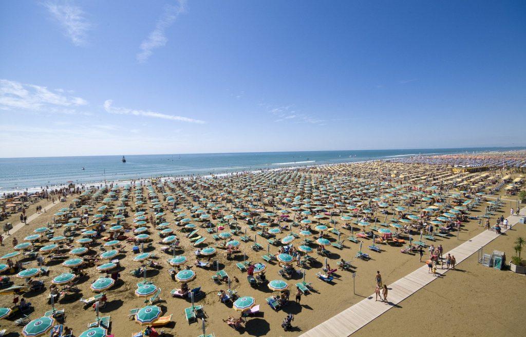 Viele Schirme am Strand von Bibione in Venedig