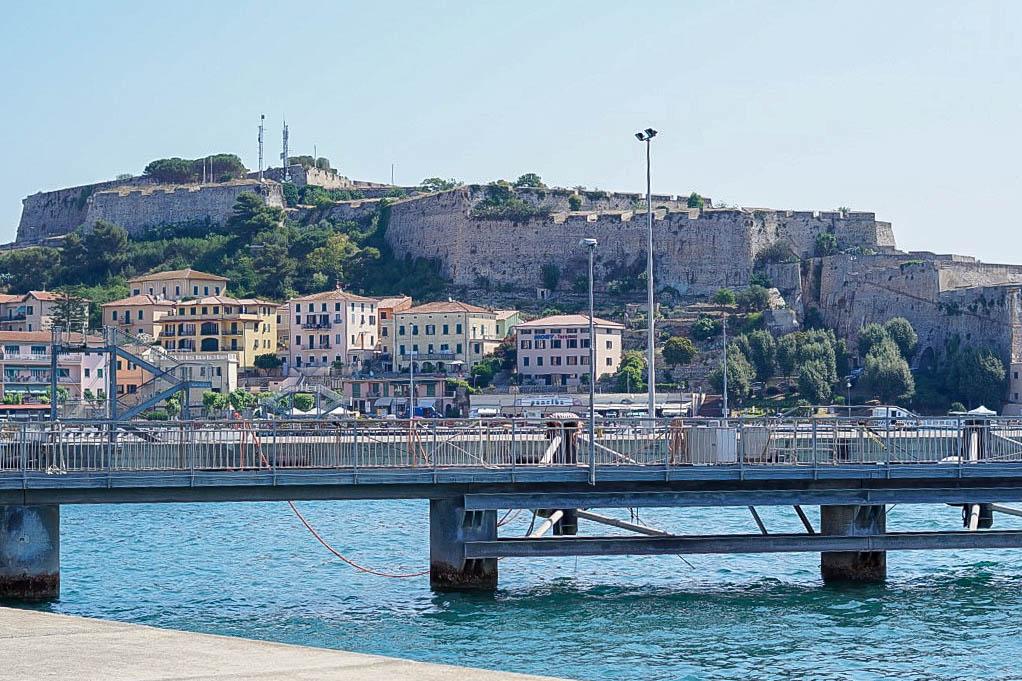 Elba-Italien-Portoferraio-Brücke-Meer-Häuser