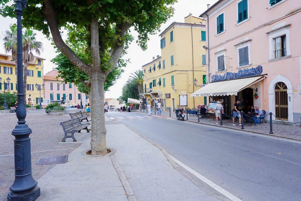 Elba-Italien-Rio-Marina-Straße-bunte-Haeuser