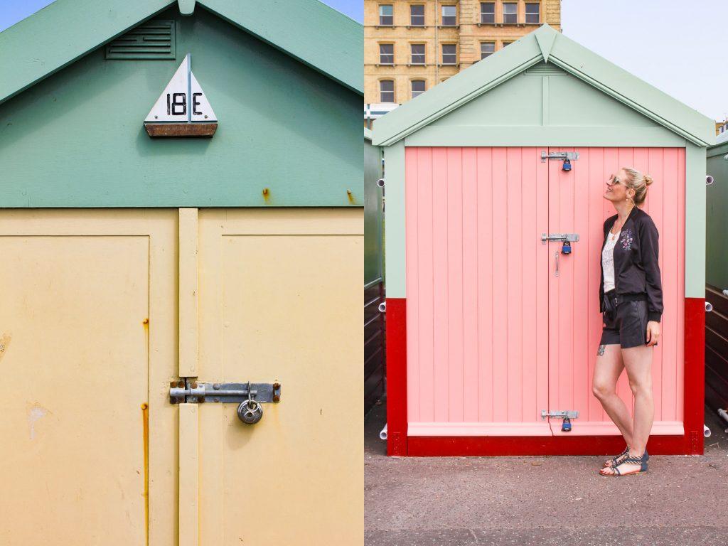 Katharina vor einem bunten Strandhaus in Brighton