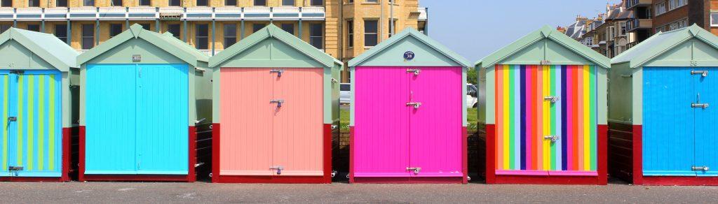 Bunte Strandhäuser am Strand von Brighton