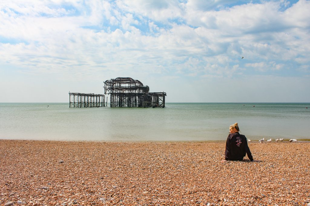 Der West Pier in Brighton mit Blick auf das Meer