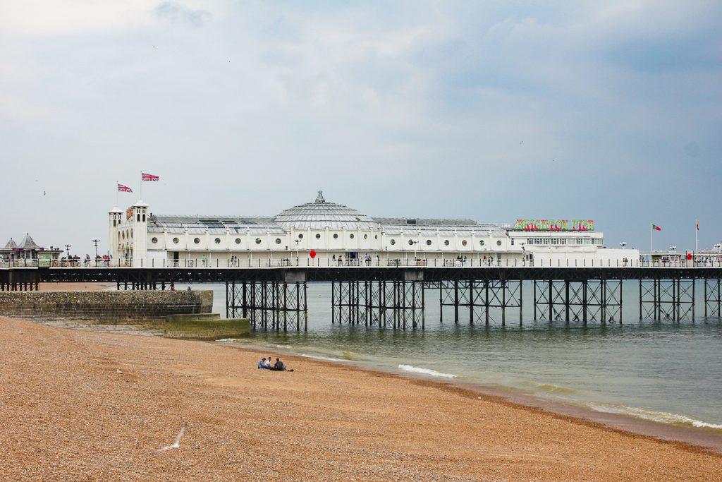 Bootssteg mit Blick auf den Brighton Palace