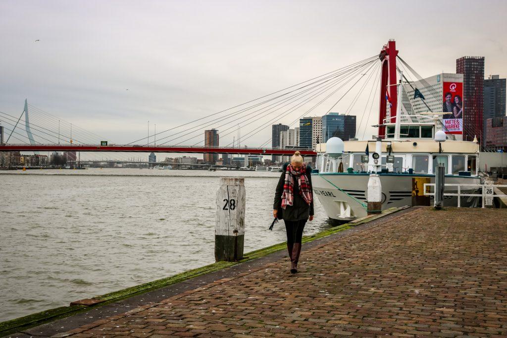 Am Steeg entlang des Hafens von Rotterdam