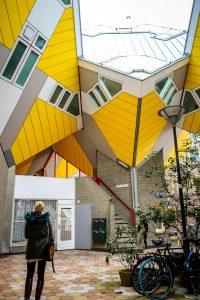 Ich vor den gelben Kubushäusern in Rotterdam