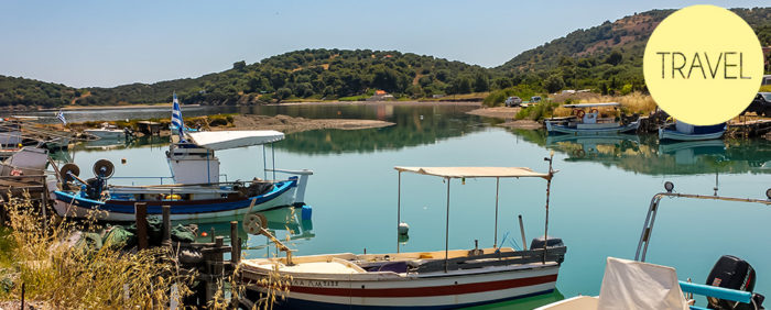 Boote im Hafen von Chalkidiki in Griechenland - ein gutes Ziel für billiges reisen