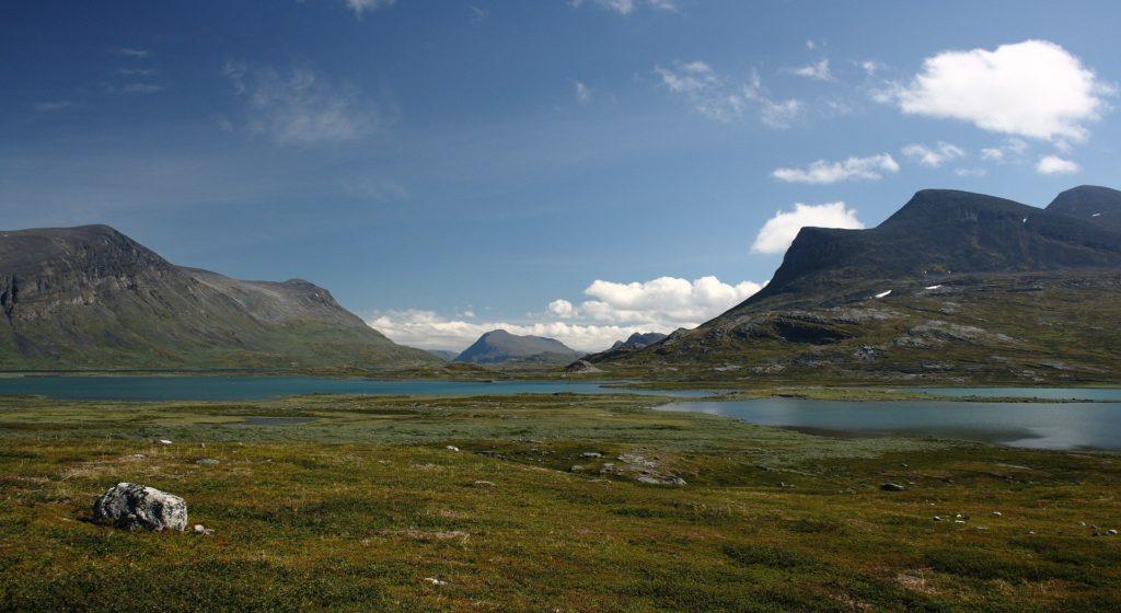 Das schwedische Lappland mit grüner Weite und kargen Bergen gehört zu einem Schwedenurlaub dazu.
