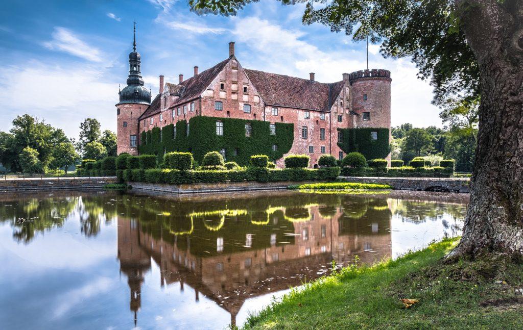 Wasserschloss in Schweden mit tollen Spiegelungen im vorgelagerten Teich